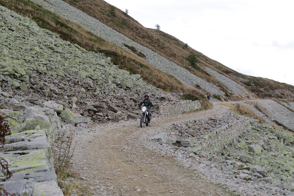 Hier zie je de stukken labiele bergflank. Klaar om over de weg te schuiven.
