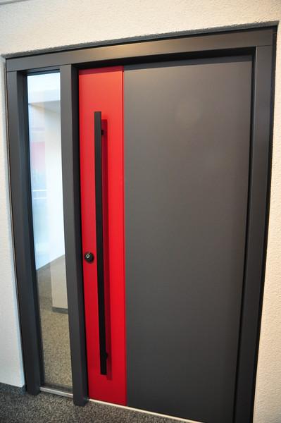 Unsere Haustür ist ähnlich dieser, allerdings komplett in anthrazit und mit einer kürzeren, silbernen, runden Griffstange und silberner Olive.