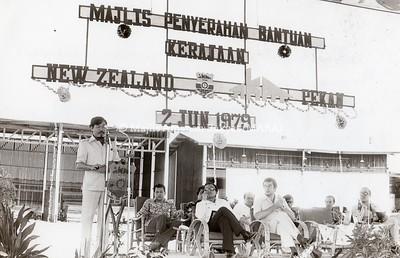 1979 - PENYERAHAN BANTUAN KERAJAAN NEW ZEALAND - IKM PEKAN