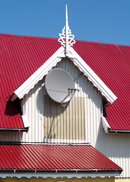 Old and new - the world is captured on screen through a disk on this old farmhouse building. (Foto: Geir)