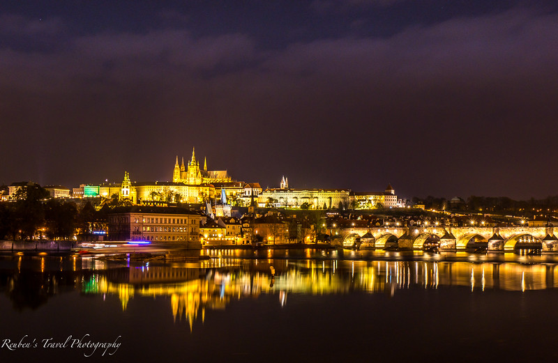 Prague castle night view.jpg