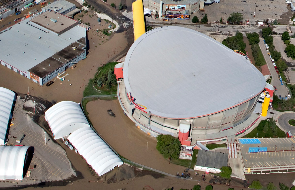 . Flood waters gather around the Saddledome Arena, home to the National Hockey League\'s Calgary Flames after the Bow River overflowed its banks into Calgary, Alberta June 22, 2013.  REUTERS/Andy Clark