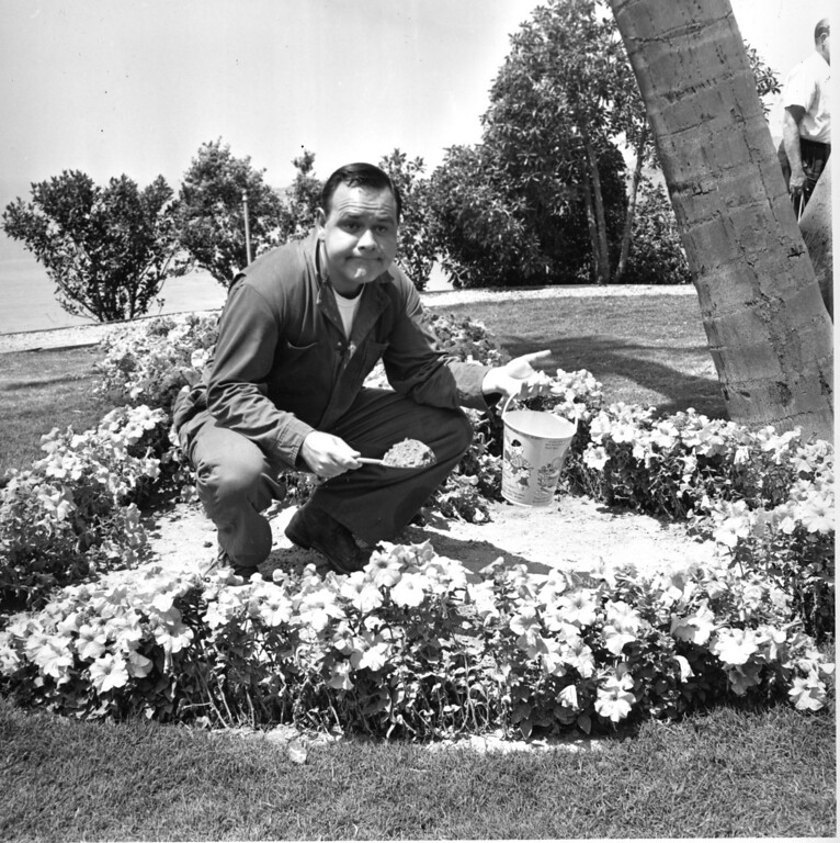 """. Comedian and actor Jonathan Winters holds a sand pail in a flower bed on the set of the movie \""""It\'s a Mad, Mad, Mad, Mad World\"""" in Hollywood, Ca., on Aug. 2, 1962.  (AP Photo)"""