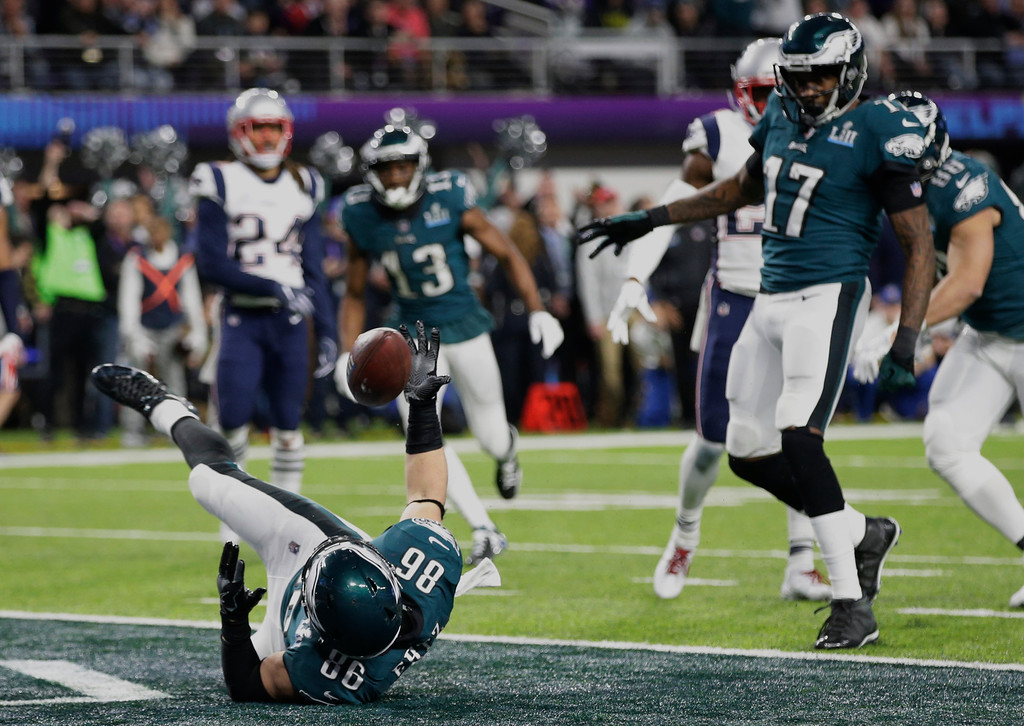 . Philadelphia Eagles tight end Zach Ertz (86) tries to hold on to the ball as he dives into the end zone for a touchdown, during the second half of the NFL Super Bowl 52 football game against the New England Patriots, Sunday, Feb. 4, 2018, in Minneapolis. (AP Photo/Frank Franklin II)