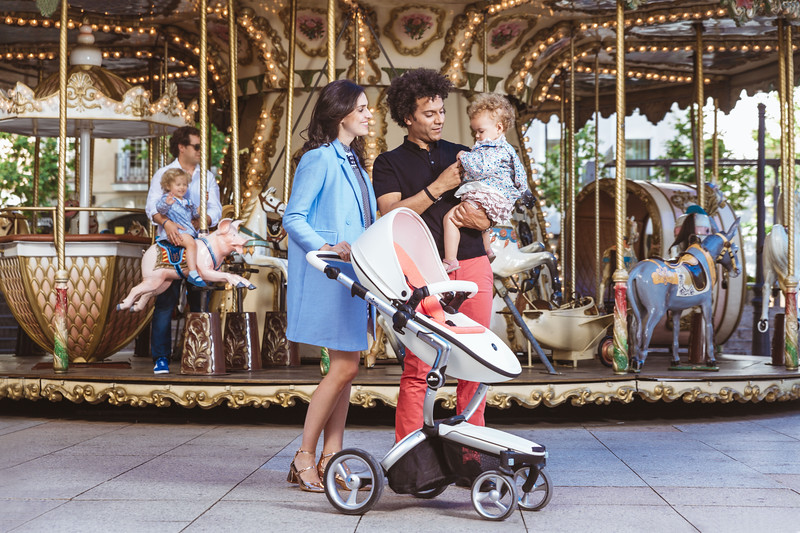 Mima_Xari_Lifestyle_Snow_White_Rose_Gold_Chassis_Dad_Holding_Baby_By_Merry_Go_Round.jpg