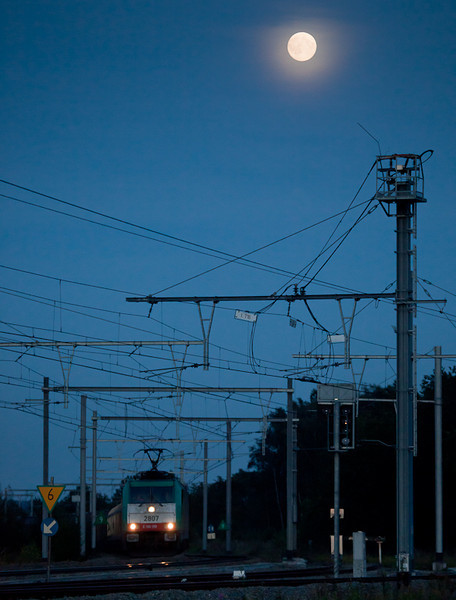 2807 leads the westbound 44538 (Gremberg/D - Antwerpen-Noord) under a full moon past Block 16.