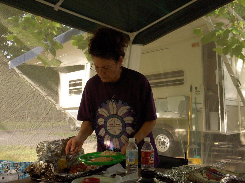 Carol serving 5-27-05.JPG