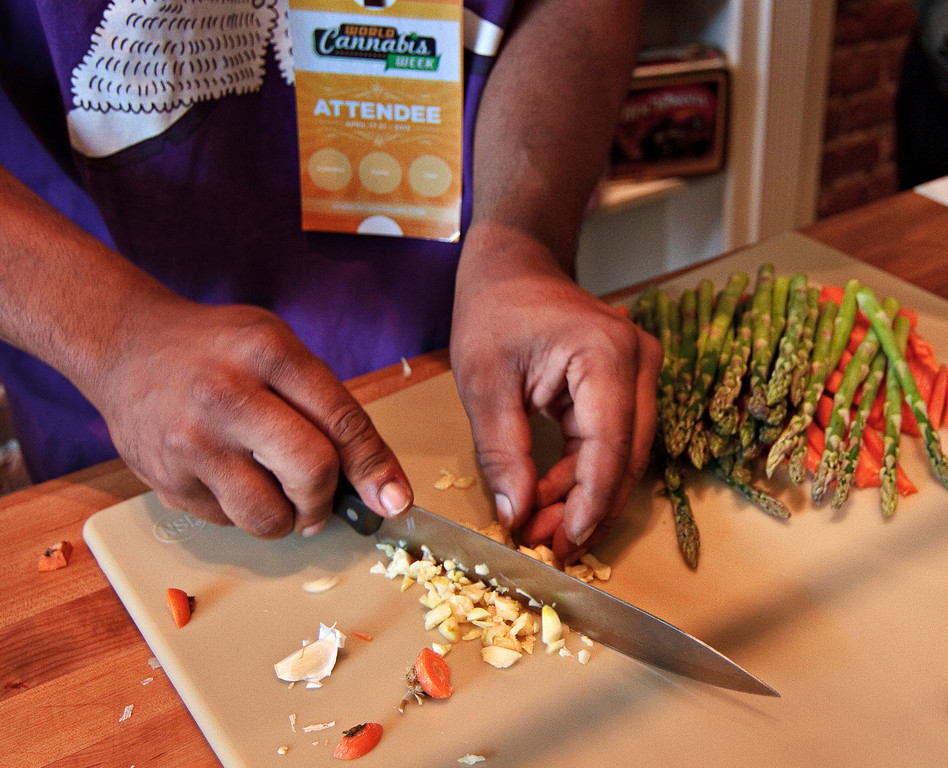 ". Fela ""Champ\"" Lewis chops vegetables while preparing a cannabis-infused quinoa during a cannabis cooking class in Denver, Colorado, on Thursday, April 18, 2013. (Werner R. Slocum/MCT)"