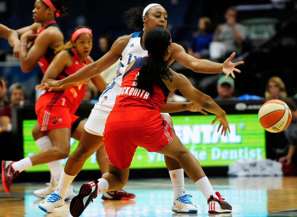 . Minnesota\'s  Monika Wright pressures Washington\'s Nadirah McKenith in the first half. (Pioneer Press: Scott Takushi)