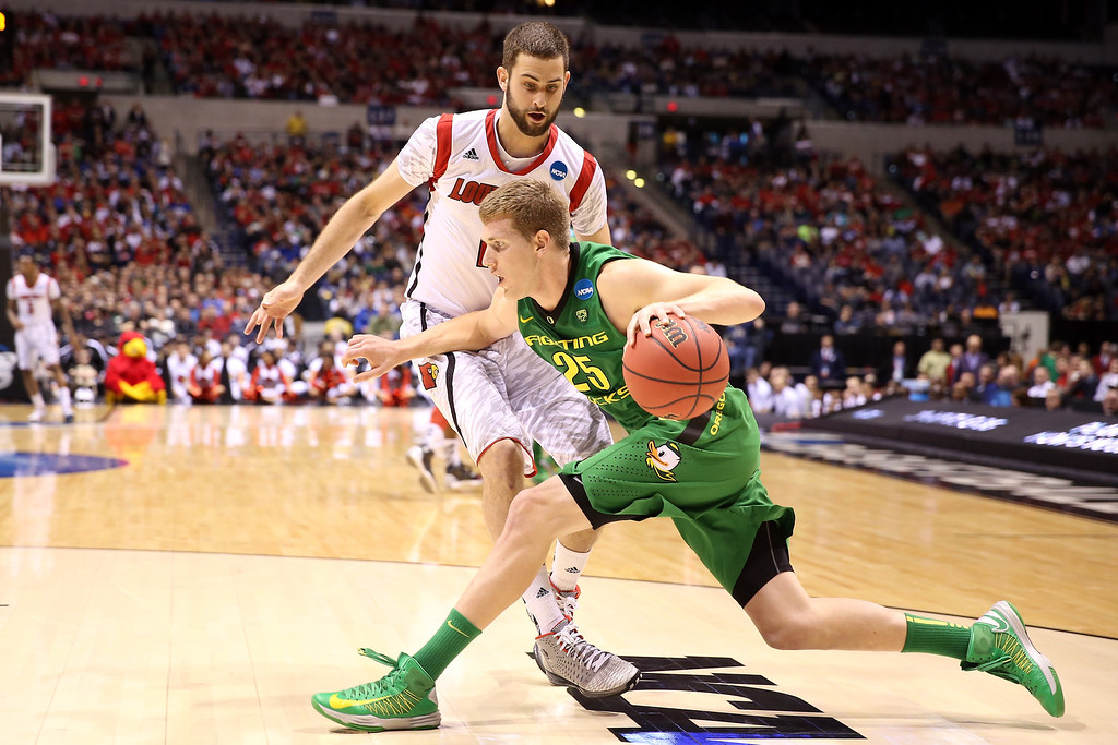 . E.J. Singler #25 of the Oregon Ducks drives in the first half against Luke Hancock #11 of the Louisville Cardinals during the Midwest Region Semifinal round of the 2013 NCAA Men\'s Basketball Tournament at Lucas Oil Stadium on March 29, 2013 in Indianapolis, Indiana.  (Photo by Andy Lyons/Getty Images)