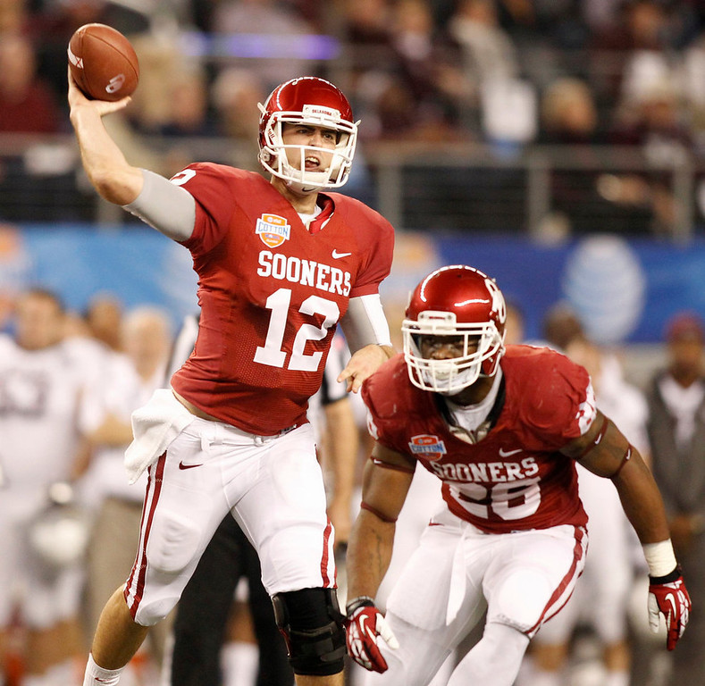 . University of Oklahoma quarterback Landry Jones (L) passes as running back Damien Williams looks to block against Texas A&M University during the first half of the Cotton Bowl Classic NCAA football game at Cowboys Stadium in Arlington, Texas January 4, 2013. REUTERS/Mike Stone