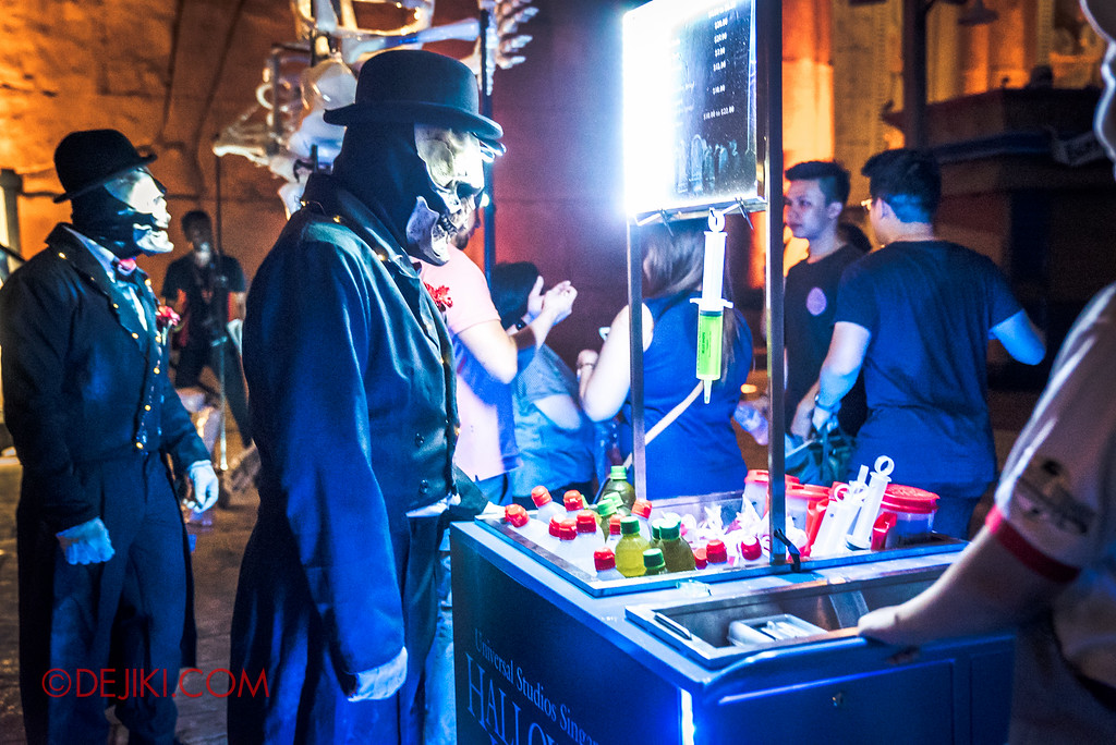 Halloween Horror Nights 6 - March of the Dead / Death March - Skeleton gentleman wants a drink