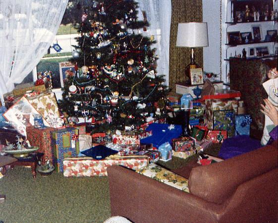1982 Christmas tree & gifts