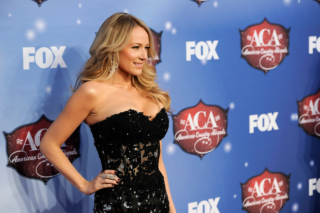 . Jewel arrives at the American Country Awards at the Mandalay Bay Resort & Casino on Tuesday, Dec. 10, 2013, in Las Vegas, Nev. (Photo by Chris Pizzello/Invision/AP)