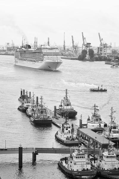 MSC Kreuzfahrtschiff verlässt Hamburg schwarz-weiß mit Schlepperbrücke