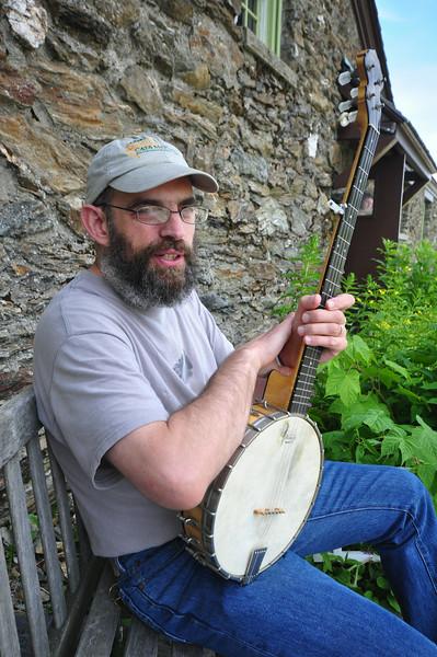Rich Remsberg does a banjo art residency-071414