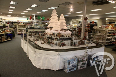 SNOW'S HOME & GARDEN . . . — model trains — Orleans, MA 11 . 21 - 2014