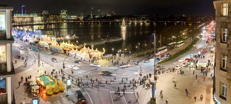 Ausblick auf den Hamburger Jungfernstieg mit Binnenalster zu Weihnachten