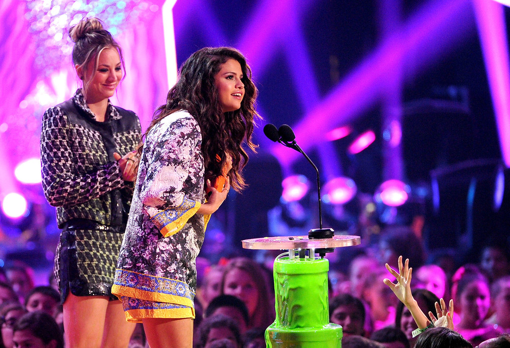 . Singer Selena Gomez (R) accepts the Favorite Female Singer award from actress Kaley Cuoco onstage during Nickelodeon\'s 27th Annual Kids\' Choice Awards held at USC Galen Center on March 29, 2014 in Los Angeles, California.  (Photo by Kevin Winter/Getty Images)