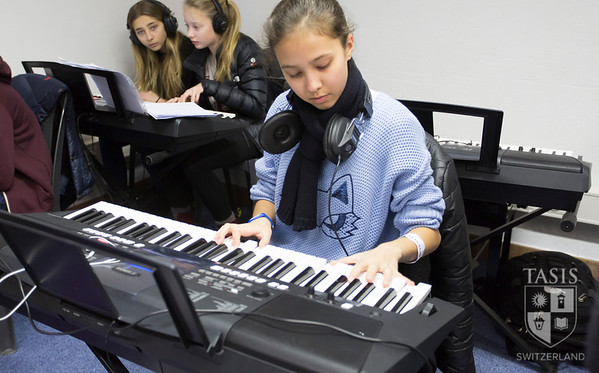 Middle School students in the Piano Lab
