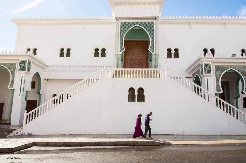 דמויות ליד המסגד בטטואן.jpg