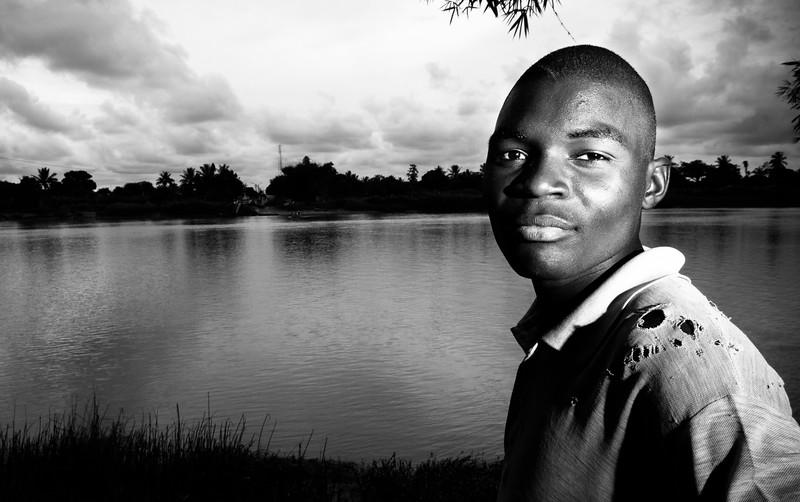2009-21 Buzi - Manuel, the Boatman crossing the Rio Buzi.