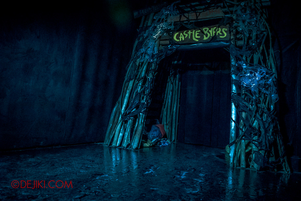 USS Halloween Horror Nights 8 Stranger Things haunted house maze - Eerie Castle Byers scene in Upside Down with watery floor
