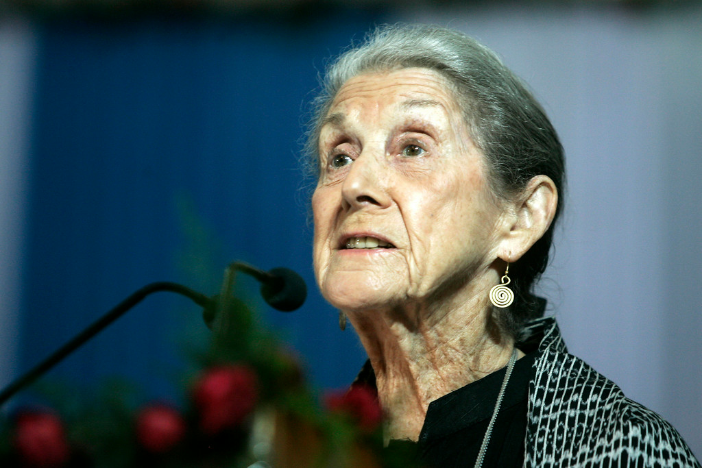 """. In this Monday, Nov. 10, 2008 file photo South African writer and Nobel Literature laureate Nadine Gordimer, delivers a speech titled \""""The Inward Testimony\"""" in Calcutta, India. Gordimer died in her sleep in Johannesburg, Sunday July 13, 2014, aged 90.  (AP Photo/Bikas Das, File)"""