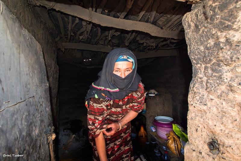 האשה במערה.jpg