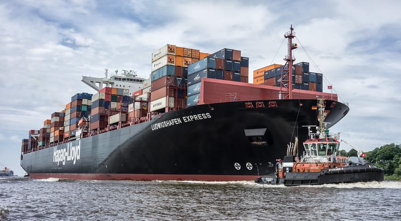 Luftaufnahme Containerschiff Hapag-Lloyd Ludwigshafen Express mit Bugsier 5