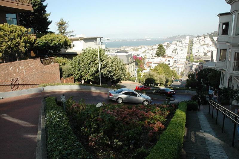 Lombard st.這一小段號稱世界上最蜿蜒的街道,共有八個Z字型彎