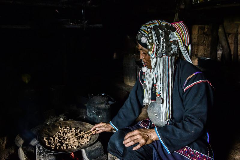 Aka woman roasting nuts.jpg