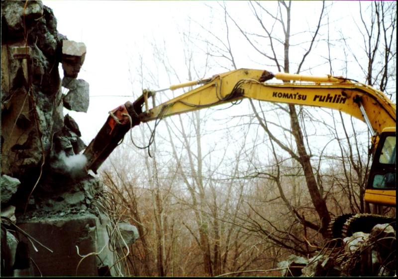 NPK E216 hydraulic hammer on Komatsu excavator at Rt 20 bridge in Ashtabula 12-15-00 (4).JPG