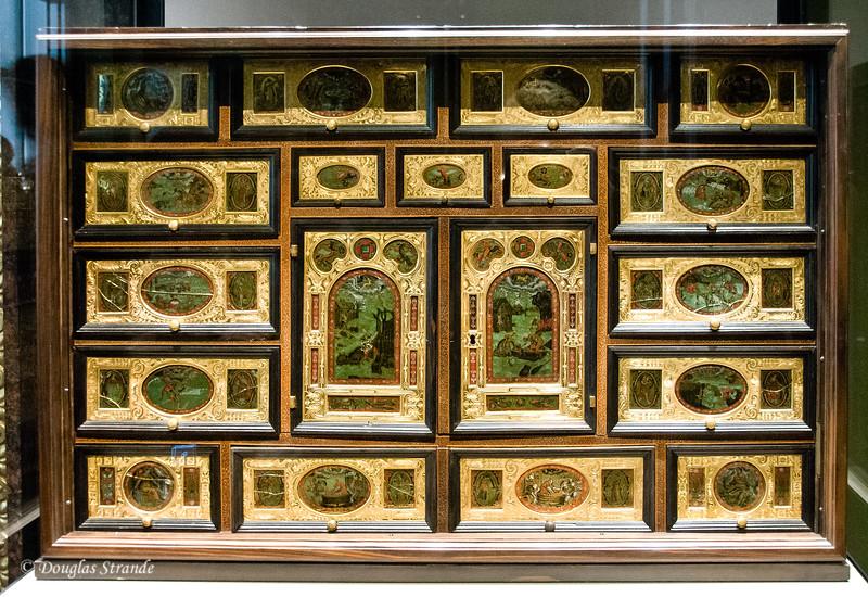 A convenient travel desk...Art History Museum, Vienna