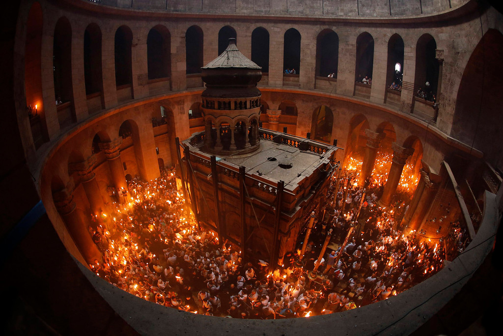 . Worshippers hold candles as they take part in the Christian Orthodox Holy Fire ceremony at the Church of the Holy Sepulchre in Jerusalem\'s Old city May 4, 2013. REUTERS/Ammar Awad