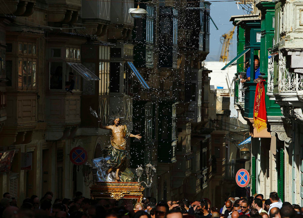 Description of . A statue of the Risen Christ is carried during an Easter Sunday procession as confetti streams down in Cospicua, outside Valletta March 31, 2013.  REUTERS/Darrin Zammit Lupi