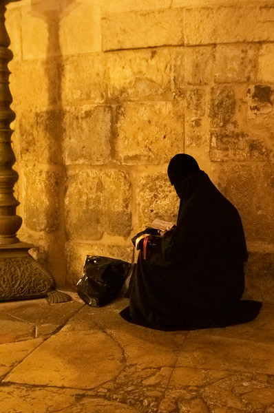 נזירה כורעת מהצד.jpg
