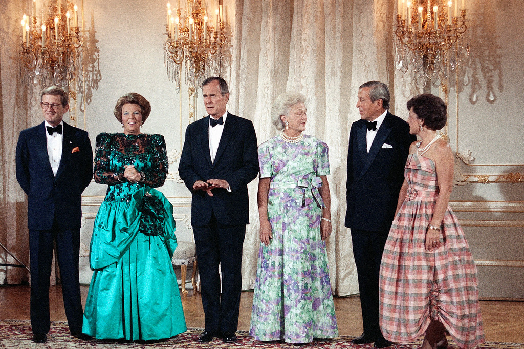 . President and Mrs. Bush pose for a photograph with Holland\'s Queen Beatrix, second from left, her husband Prince Claus, second from right, Princess Margriet, right, and her husband Pieter van Vollenhoven, left, before dinner at Noordeinde Palace in The Hague, Monday, July 17, 1989. (AP Photo/Dennis Cook)