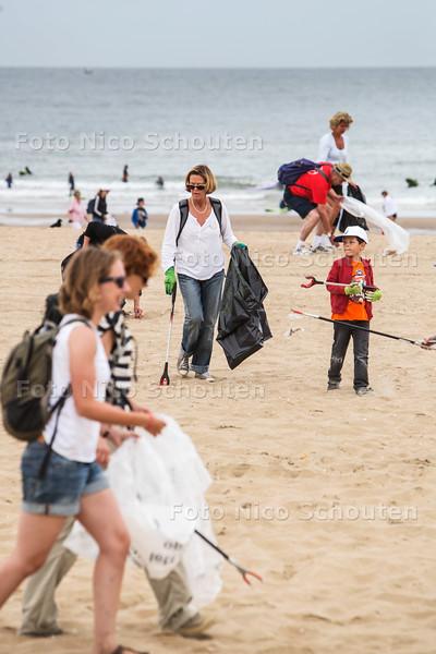 Beach Clean Up Tour op het strand van Scheveningen - DEN HAAG 11 AUGUSTUS 2015 - FOTO NICO SCHOUTEN