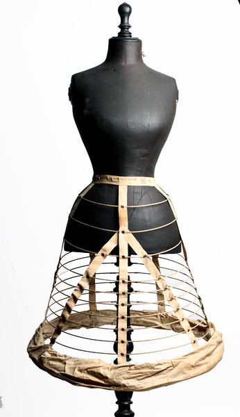 Crinoline composée de treize cerceaux de taille croissante reliés par des rubans verticaux, vers 1860.