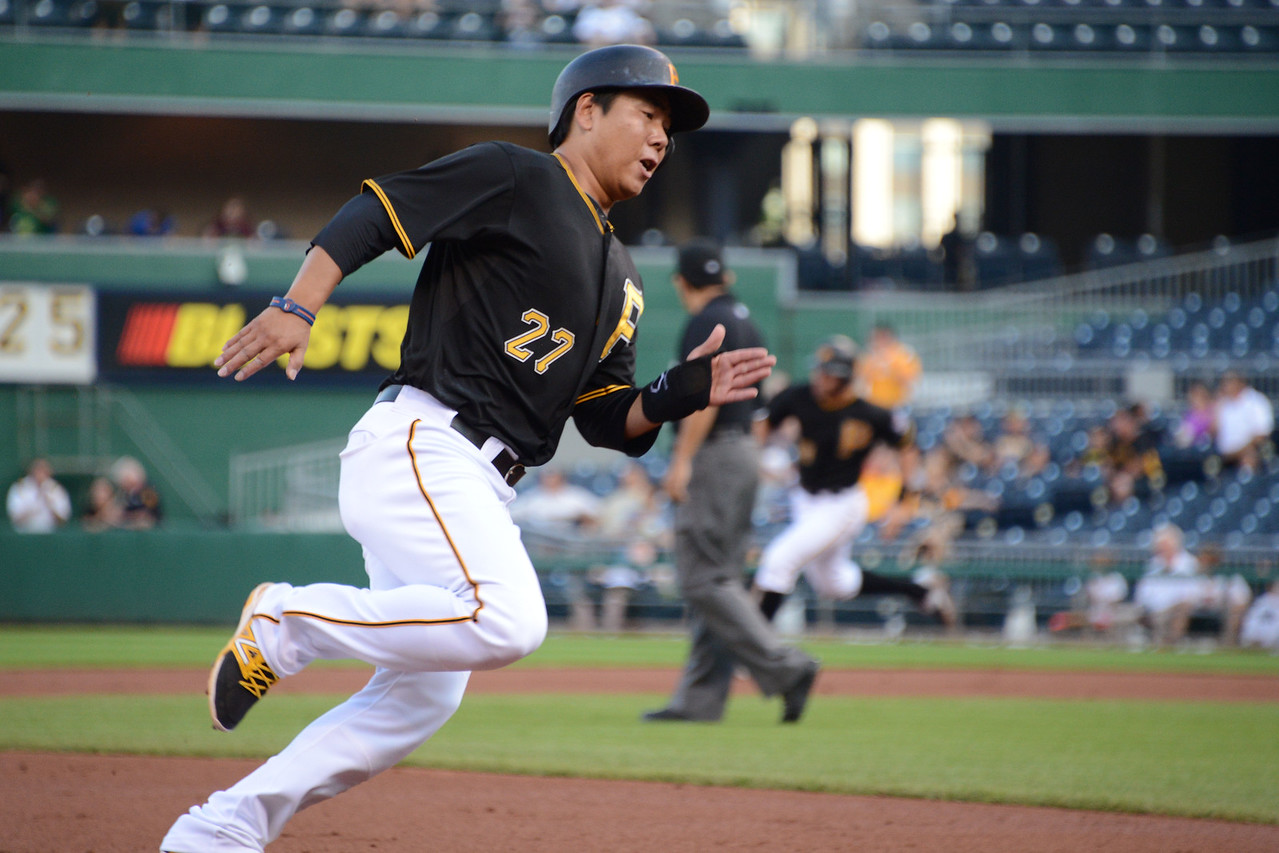 Jung Ho Kang rounds third on his way for home