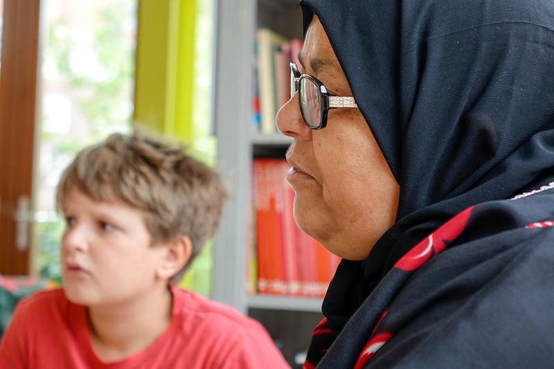 Nederland, Amsterdam, 16 juni 2017, kinderen van de J M Coenenschool interviewen Aicha Madien over hoe zij  in 1978 in Nederland kwam wonen, foto: Katrien Mulder