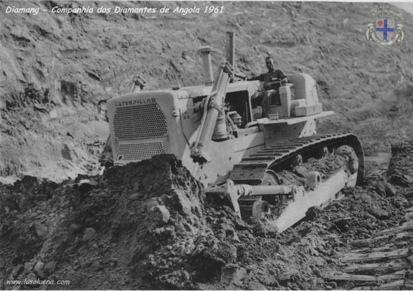 Bulldozer Caterpillar empurrando terra.