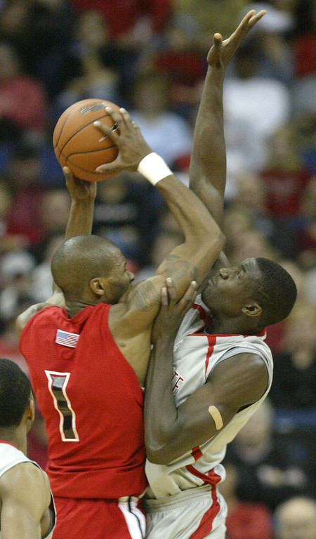 . Youngstown State\'s John Barber, left, tries to shoot over Ohio State\'s Othello Hunter during the first half of an NCAA basketball game Friday, Nov. 24, 2006, in Columbus, Ohio. (AP Photo/Jay LaPrete)
