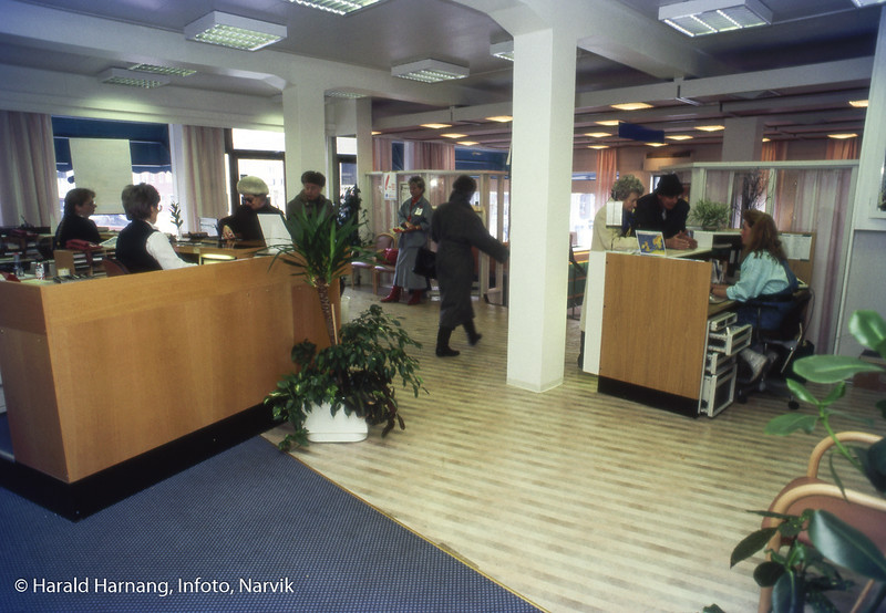 Narvik sparebank hadde filial i sentrumsgården på Ankenes. Nærmest på bildet filialbestyrer Tor Eriksen.