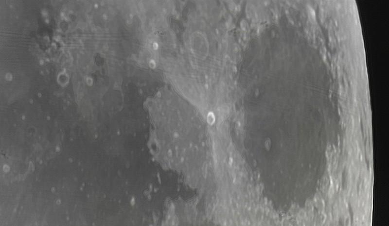 Měsíc 24.4.2013 cca 2:30 - SkyWatcher 130/650, MS Lifecam 5000HD. Rozhraní mezi Mořem krizí (vpravo) a Mořem ticha (vlevo). Jasný kráter uprostřed je Proclus (průměr cca 30km).