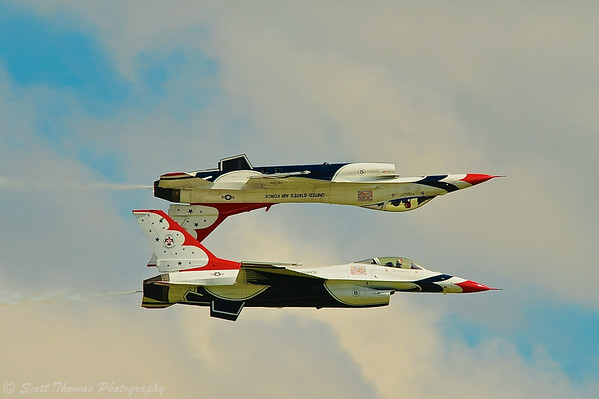 Two solo USAF Thunderbird pilots perform a flying maneuver during the Kwik Fill Rochester International Airshow in Rochester, New York on Sunday, August 17, 2014.
