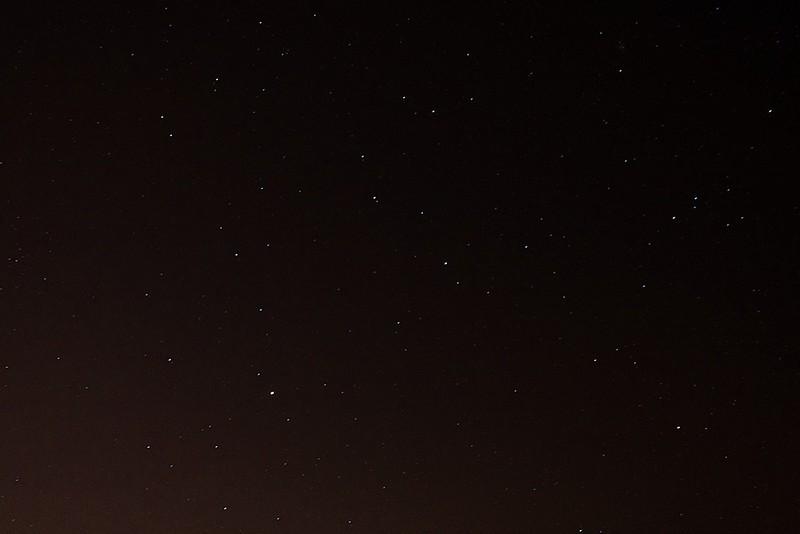 vpravo Lev, vlevo ve spodní třetině jasný Mars, vlevo nad Lvem Malý lev, uprostřed ve spodní třetině Sextant, vlevo ve spodních dvou třetinách Hydra, v horní třetině část Raka