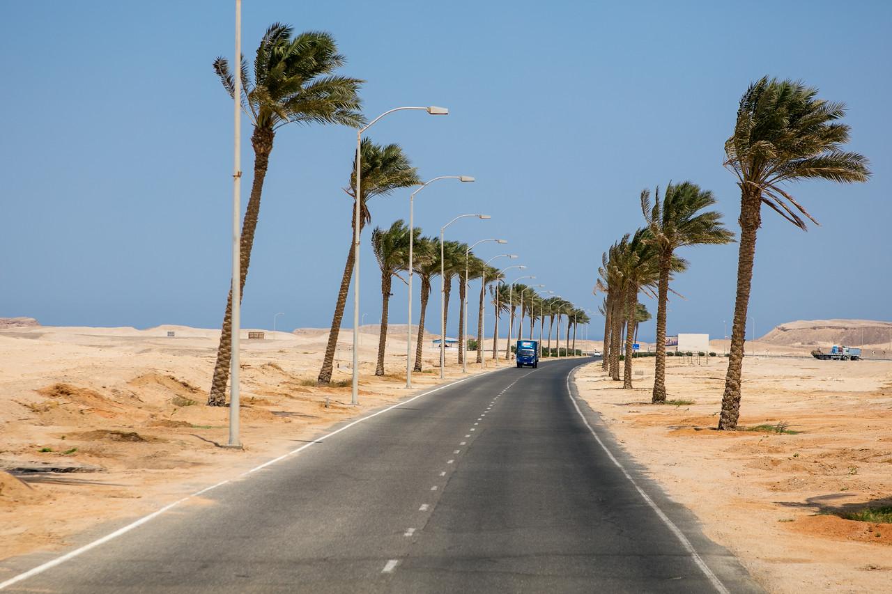 Egipt; Krajobraz; PrzezOknoAutobusu; Safari; pustynia; Opuszczamy lotnisko Marsa Alam