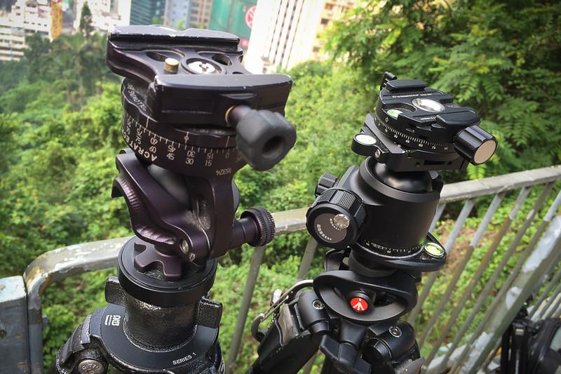 Rotules ball Acratech à gauche et Sunwayfoto à droite